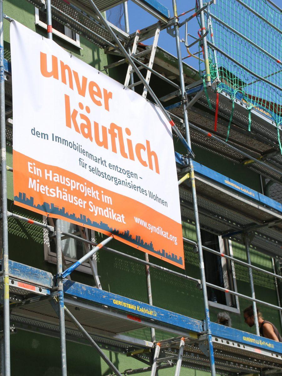 Oranges Mietshaussyndikat Banner: Unverkäuflich - dem Immobilienmarkt entzogen - für selbstorganisiertes Wohnen